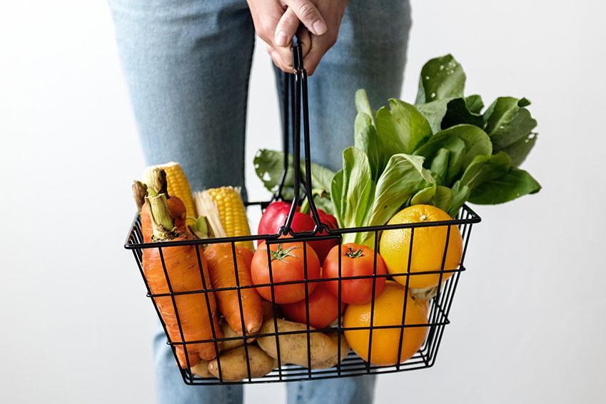 Cesta de la compra con fruta y verdura