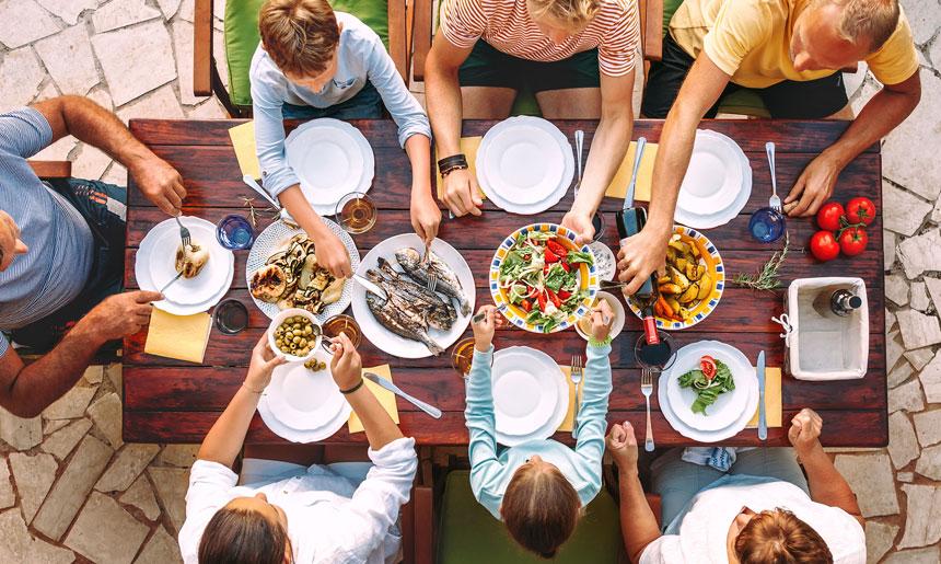 Familia sirviendo la comida en los platos
