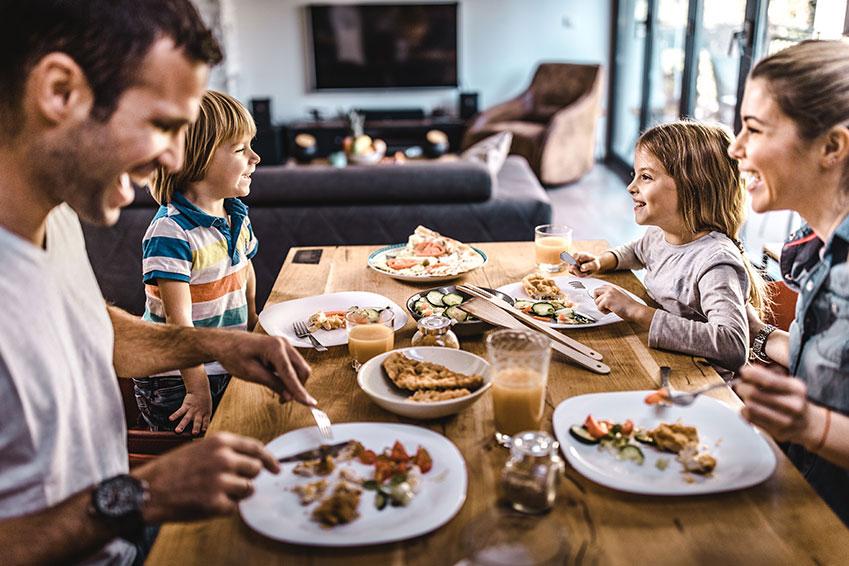 Familia tomando una cena saludable