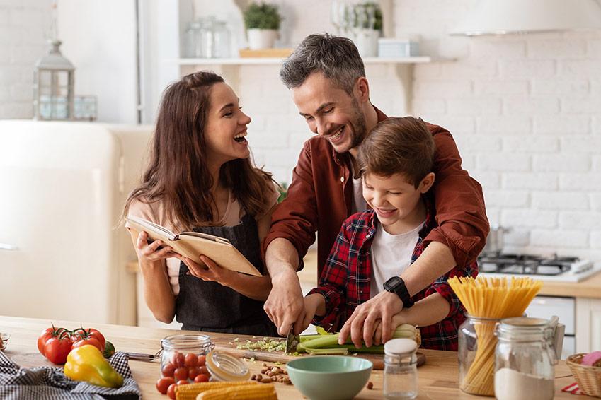 Familia preparando la comida