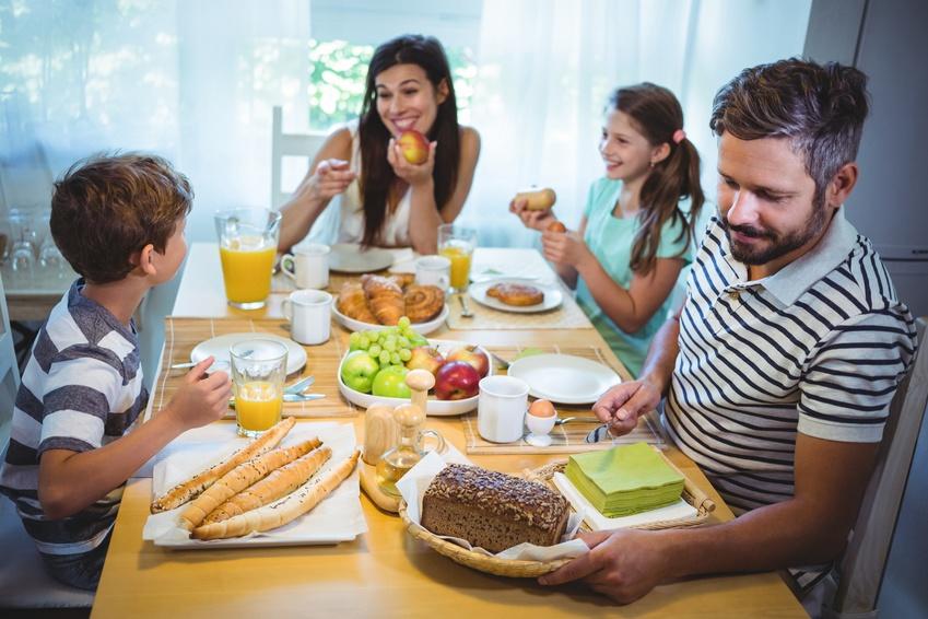 Familia tomando un desayuno saludable