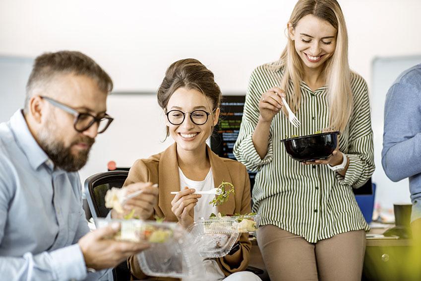 Compañeros de trabajo comiendo de un tupper