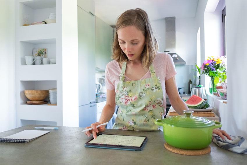 Mujer planificando el menú de la semana