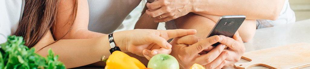 Familia consultando Menú Planner por el móvil